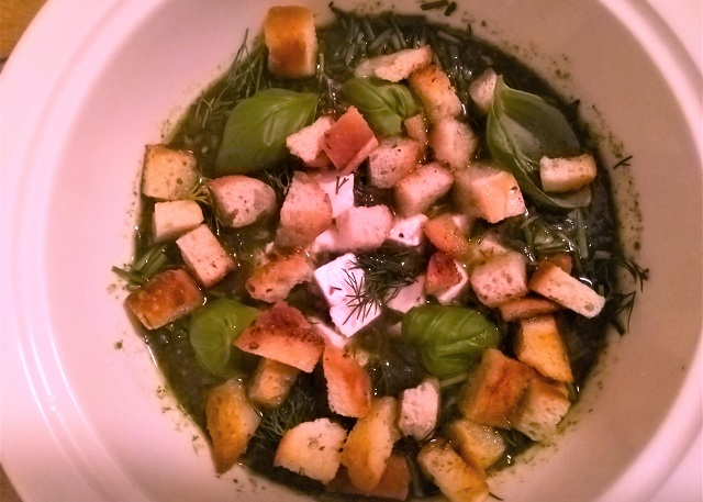 Jídelna: špenátovo-hrášková polévka